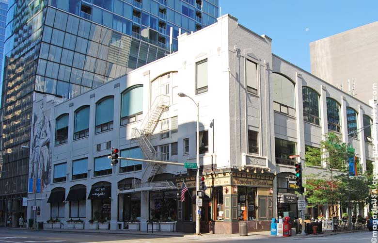 River North features loft buildings that house art galleries, auction houses, antique dealers, jewelers and clothing boutiques.