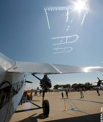 Saying it big: Skywriters welcome visitors and participants to EAA AirVenture Oshkosh 2007.
